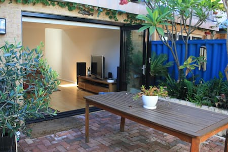 Walk to the beach! Private bedroom with en-suite - South Fremantle - House