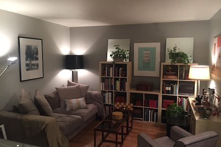 Cozy bedroom in charming townhouse - Columbus