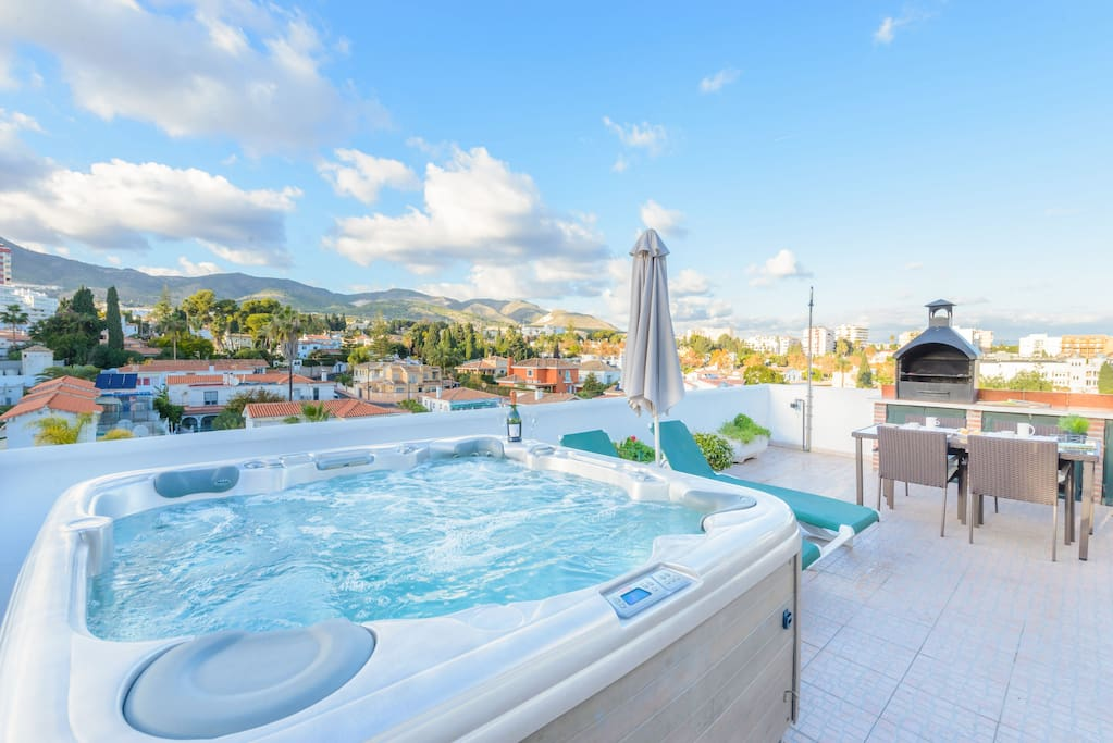 Enjoy the jacuzzi on the magnificent terrace of this penthouse!