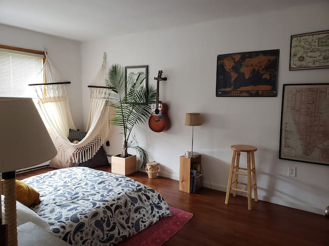 cozy zen master bedroom minutes from Manhattan.