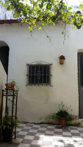 Habitación doble privada en patio.