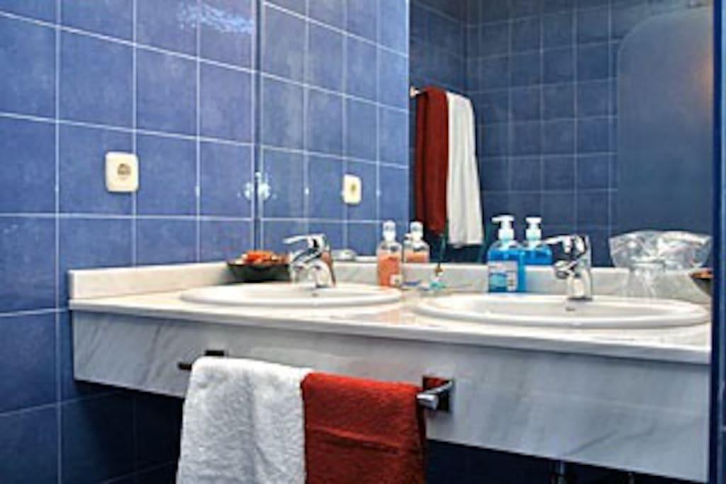La amplitud y belleza del baño.