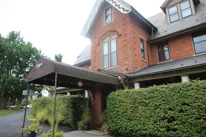 Historic 2 BR Apt in the Sayre Mansion