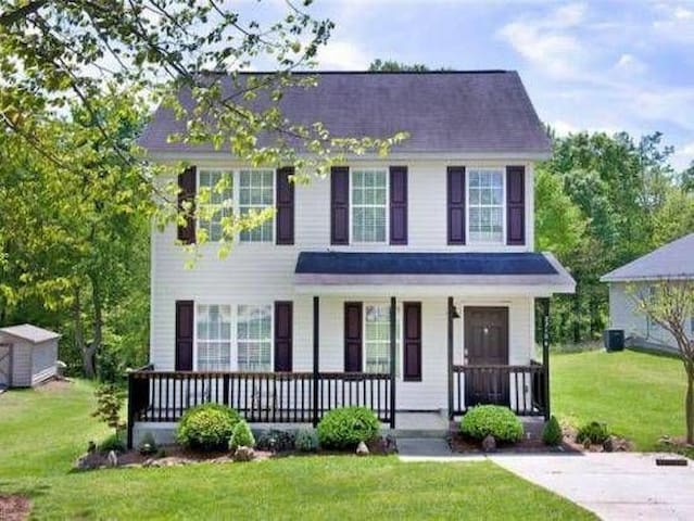 **East GSO Home Only 2 Miles to Dwntwn, Sleeps 9**