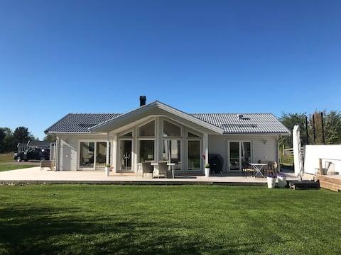 Villa (3rok) med gäststuga. Bastu, fiber, altan.
