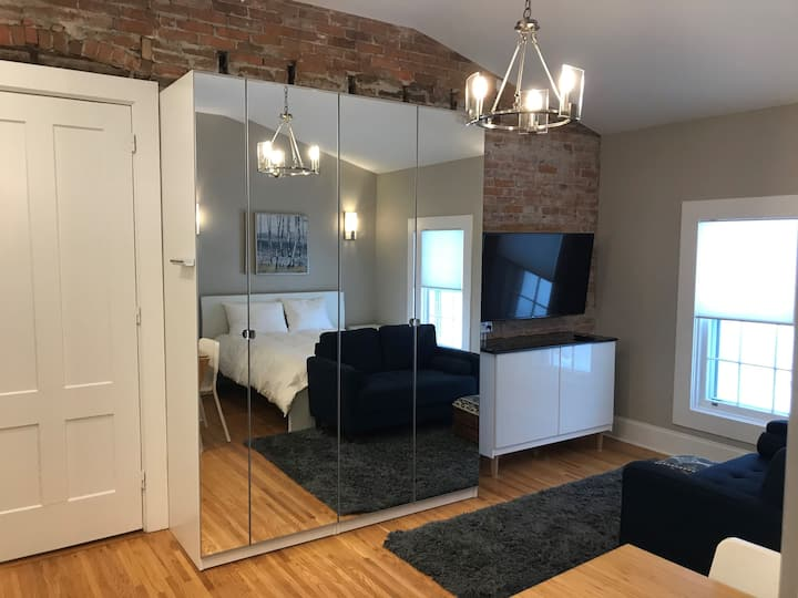 Contemporary Studio, Queen bed, full kitchen #8