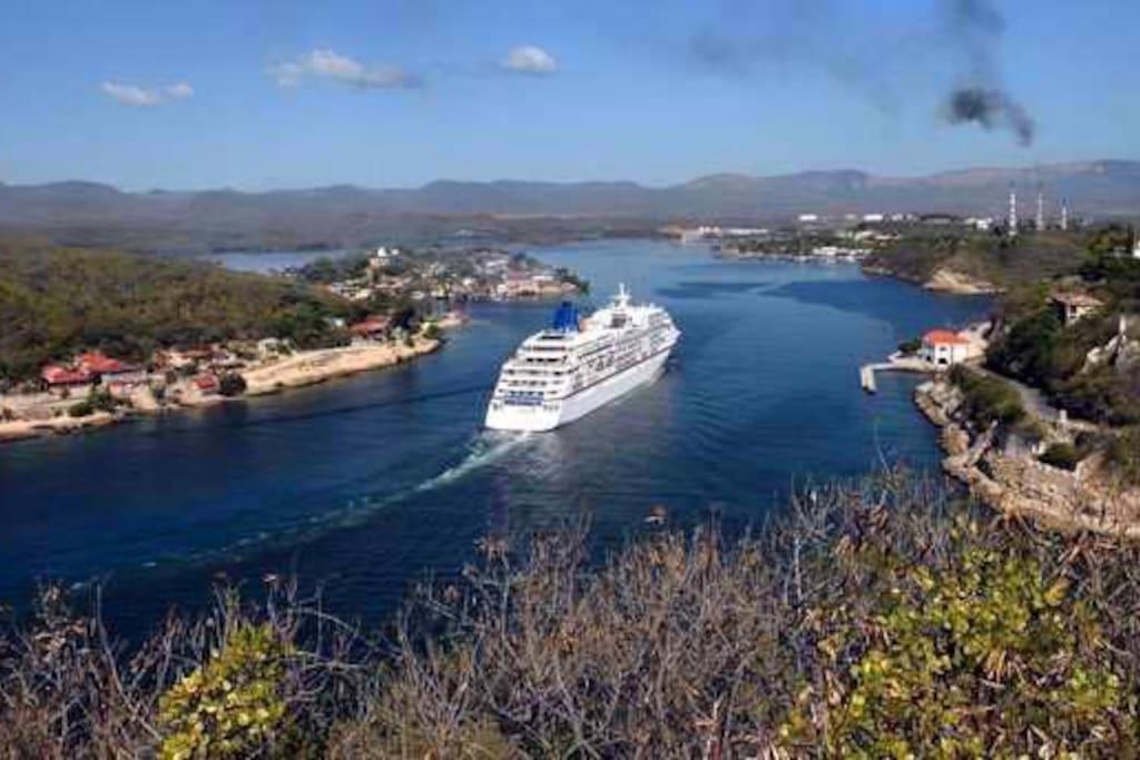Vista de un Crucero de la línea marítima de Estados Unidos Carnival, entrando a la Bahía de Santiago de Cuba