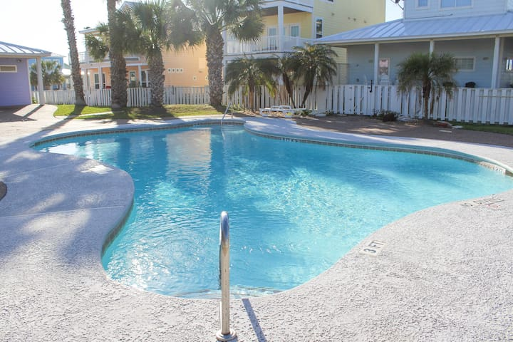 Tropical Niche arcoss from the Pool - Port Aransas - Dom