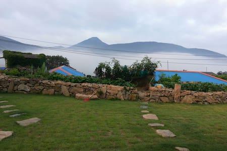 용진이의 보금자리-잔디 마당이 너른 남도섬의 전통 농촌가옥 - 대한민국 전라남도완도군청산면
