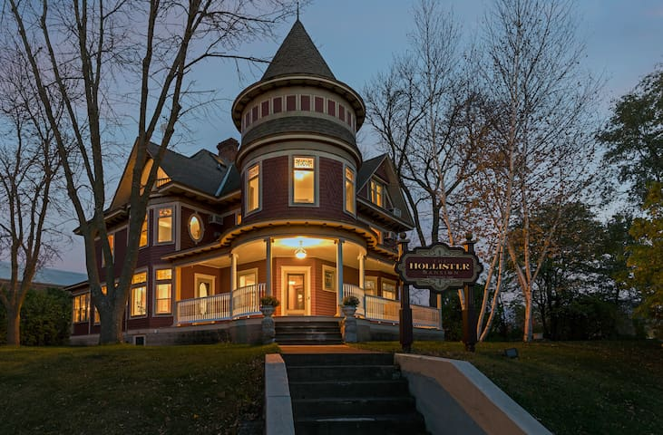 Historical Victorian Mansion (8 bdrms/ sleeps 16+)
