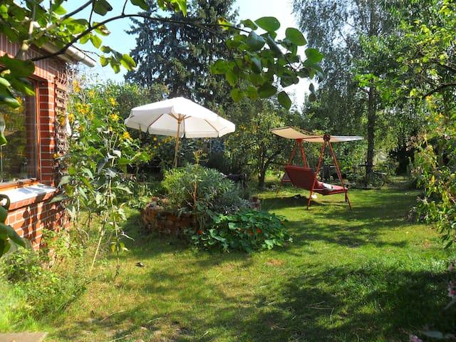 Künstlerinnenhof mit Hund und Ente - Clenze - Huis