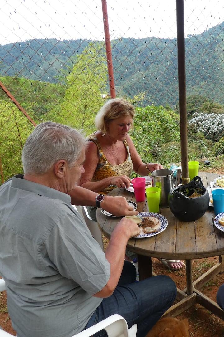 Almuerzo con vista a la montaña
