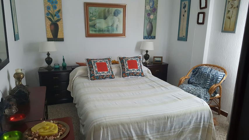 Una habitacion doble con wifi. Centro y playa - tarifa - Bed & Breakfast