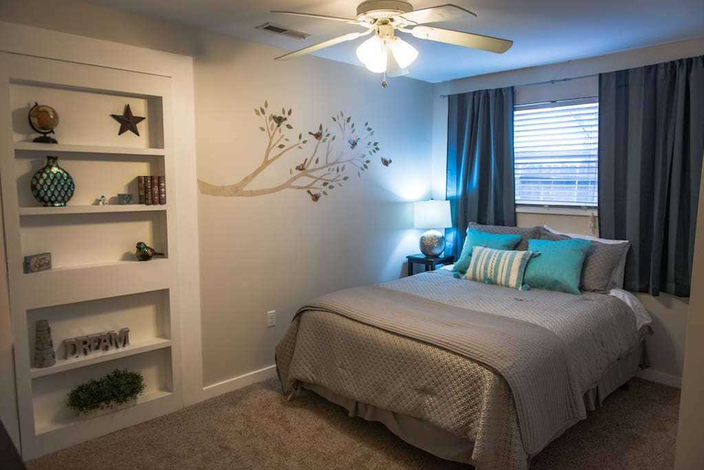 Luxury bed, and sheets. With blackout curtains, blocks the ☀️ Extra pillows and blankets are provided. Shelves to store your belongings. Closet with plenty of hangers.