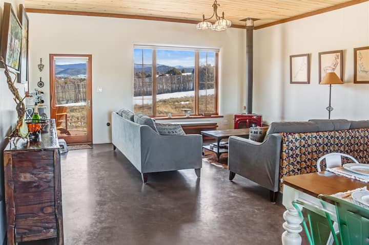 La Luna: Ideal Nature Retreat to stay safe from pandemic - self check-in - at the end of a dirt road on 8 acres. Magnificent mountain views.  Ideal for social distancing and isolation!  Long stays welcome. Super-host s