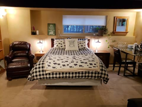 Private Suite Entrance On Tiger Mountain Sleeps 4