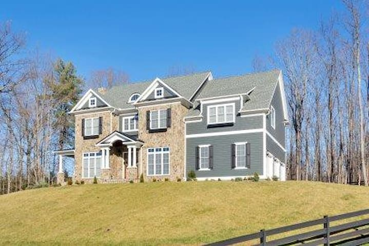 UVA Grad Wknd HUGE house close to grounds/airport! - Charlottesville - Casa