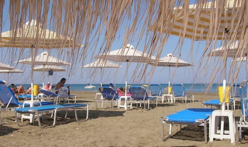 Beautiful cozy house 30m from a quiet clean beach. - pervolia cyprus - Hus