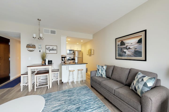 Family-friendly getaway just steps from the beach & Promenade!