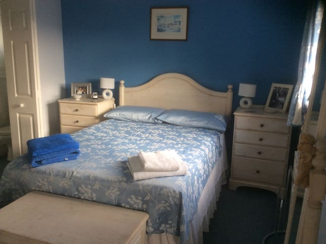 Lovely ensuite room with comfy bed - Bude - Bed & Breakfast
