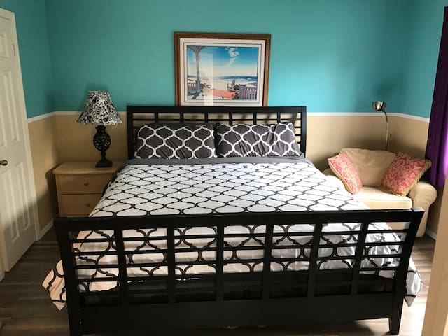 Coolest Place in Pacific Beach! Best Cal King Bed!