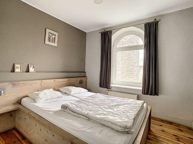 1ste verdiep: slaapkamer (1m.60/2m00)  met douche, lavabo en WC