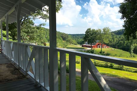 Eclectic 4 bed cottage on farm - Hytte