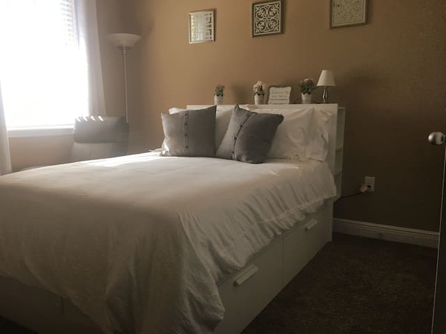 South Tampa Room+, Onsite Gym, Mile to MacDill AFB