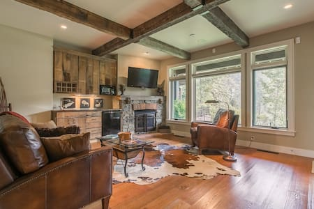Spacious, waterfront townhome w/2 fireplaces, firepit & river view