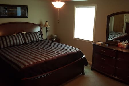 Cozy Private Room just 3 miles from Kyle Field - Casa