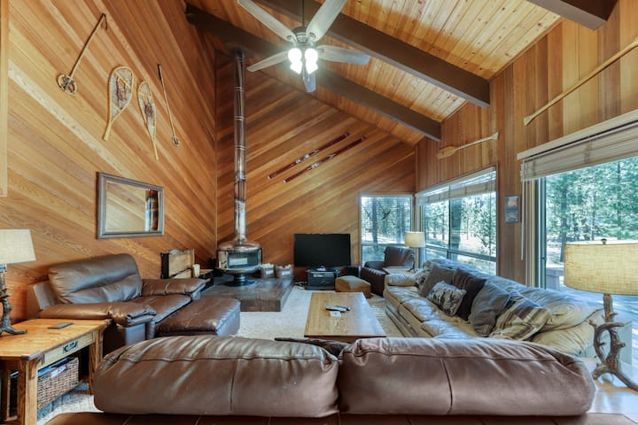Comfy cabin w/ private hot tub plus SHARC access - dogs ok!