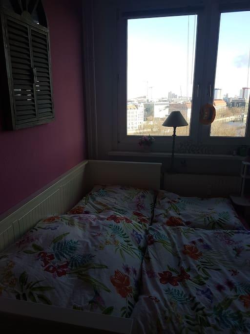 Euer 8 pm großes Zimmer mit dem 1,60m × 2,00m großem Bett Kann man aber auch in ein 90cm×200cm zusammenschieben .