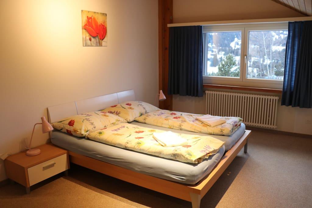 Elternschlafzimmer, schöne Aussicht, geräumig grosser Schrank