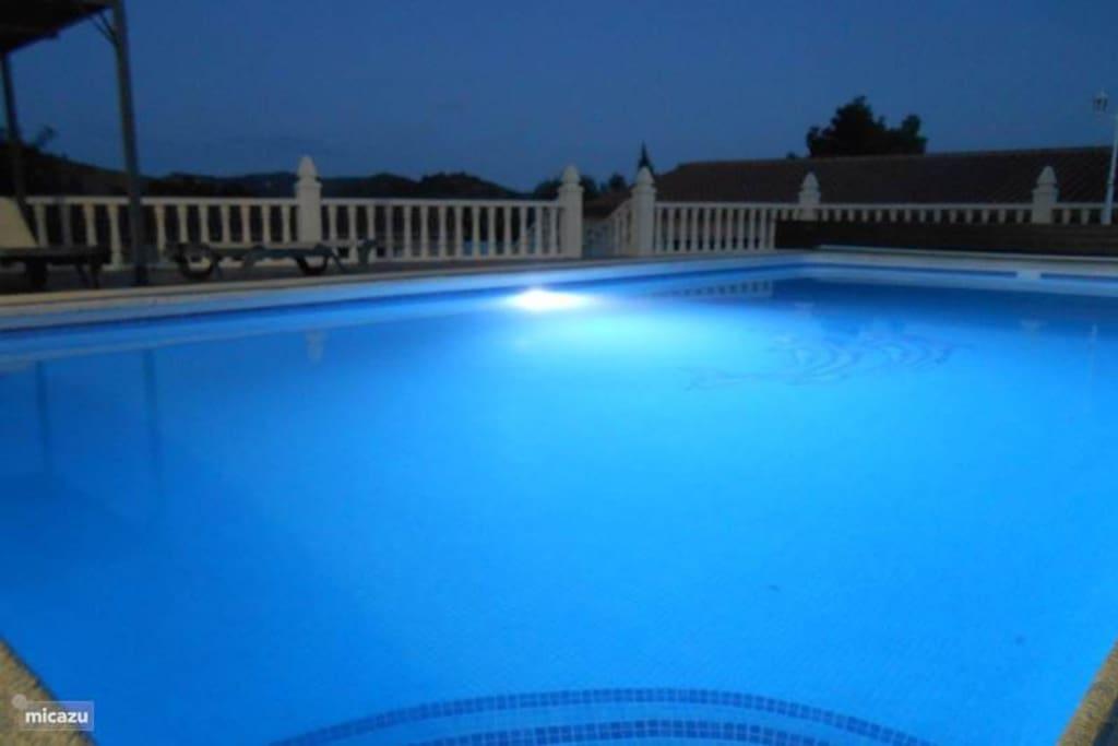 zwembad verlicht