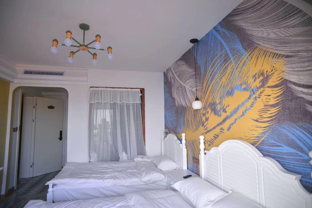羽毛的墙面,有阳台可以眺望大海。