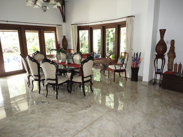 Spacious modern bedrooms in high-end house/garden - South Jakarta - Bed & Breakfast