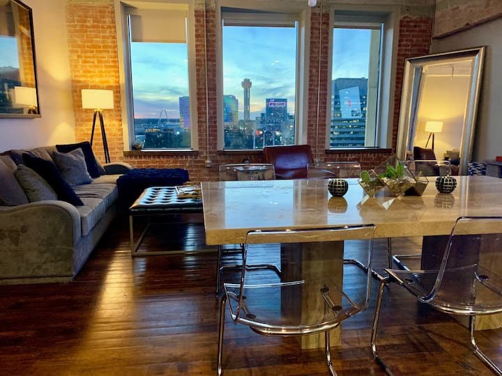 Luxury Downtown Loft + Stunning View I Gym I Pool