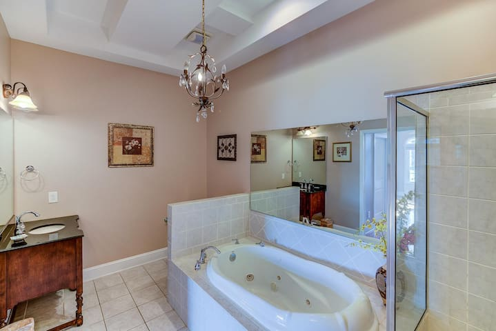 Tub,Indoors,Bathtub,Jacuzzi,Hot Tub