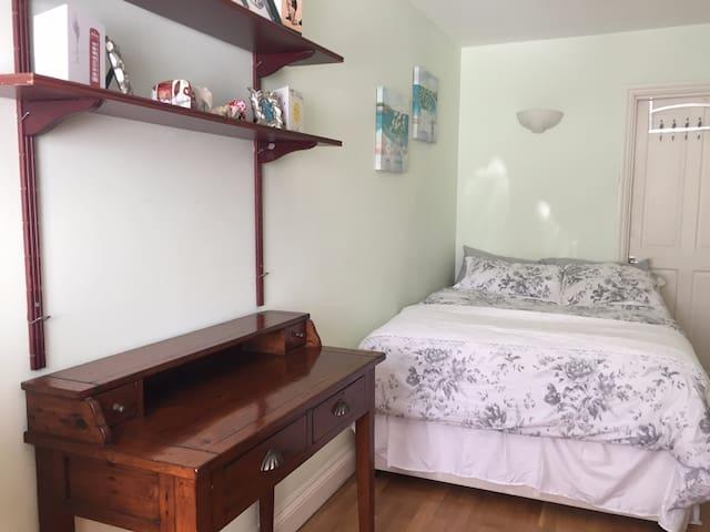 London double bedroom, own bathroom & living room