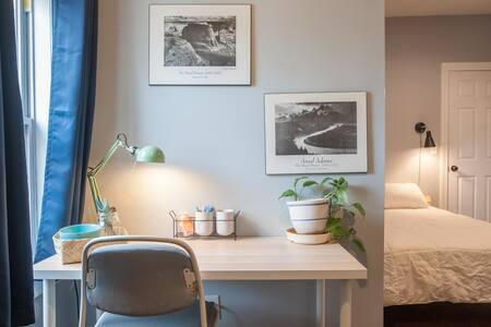 Cozy Bedroom - Private Entrance and Ensuite Bath