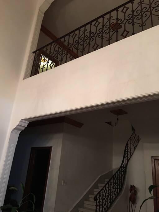 Escaleras y balcón que da a la amplia estancia