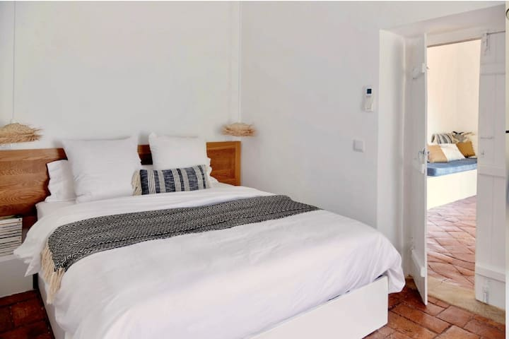 Ensuite 1 with Queen size comfortable bed and soft Egyptian cotton linen.