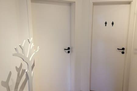 Schönes, ruhiges Zimmer mit eigenem Bad/Küche! - Monheim am Rhein - Haus