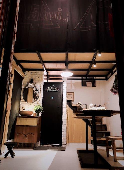 精心打造的日式和北欧风格的loft小屋。楼下有张很大的老榆木工作桌。在隔壁点一杯咖啡,办公、日常都可以在这里。办公桌直面一面黑板墙,可用来记录行程、重要事项、画画等。一楼拥有独立卫生间。门后有个小吧台为精致用餐区域。