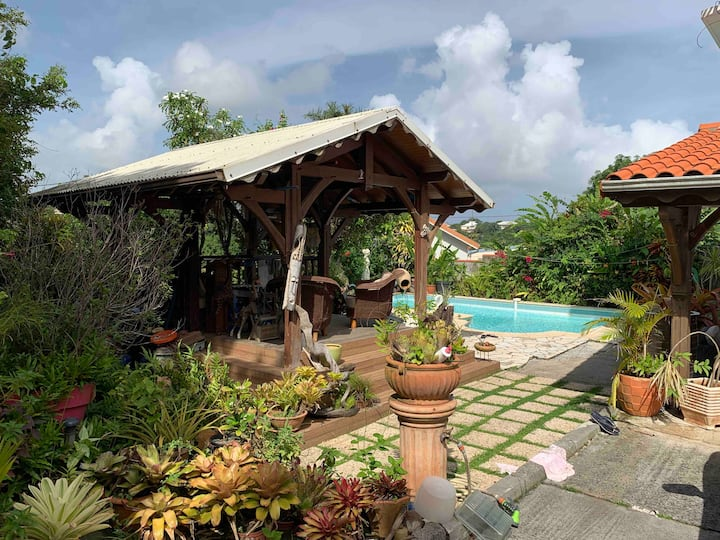 Dans une villa agréable loué une chambre +piscine