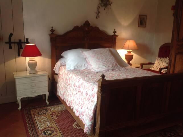 Chambre provençale avec lit deux places et très belle armoire du 18e