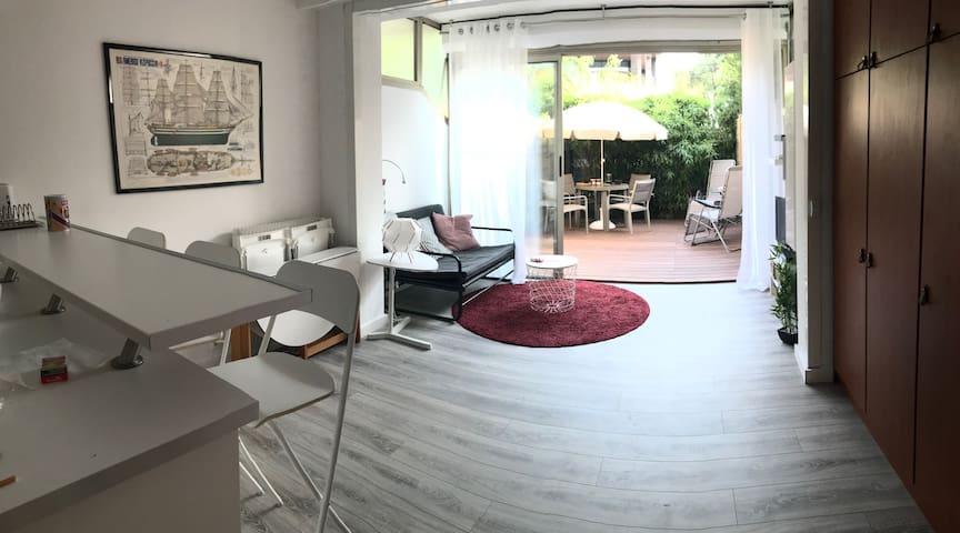 Grand studio avec jardin à 1 minute de la plage