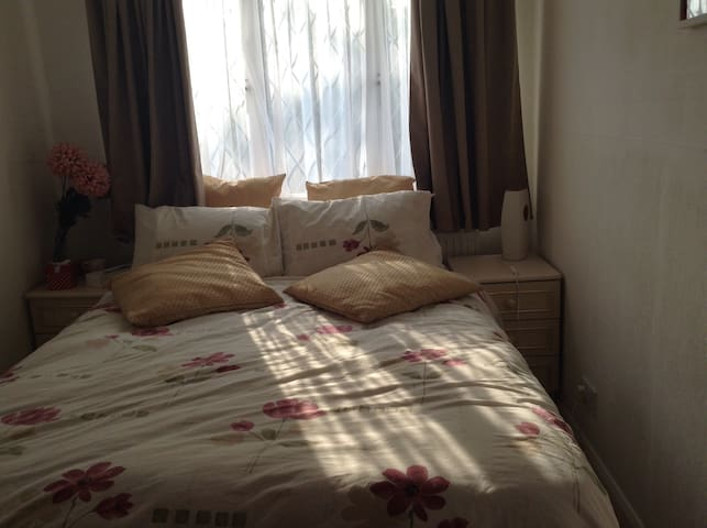 Double room in detached house - Batley - Dom