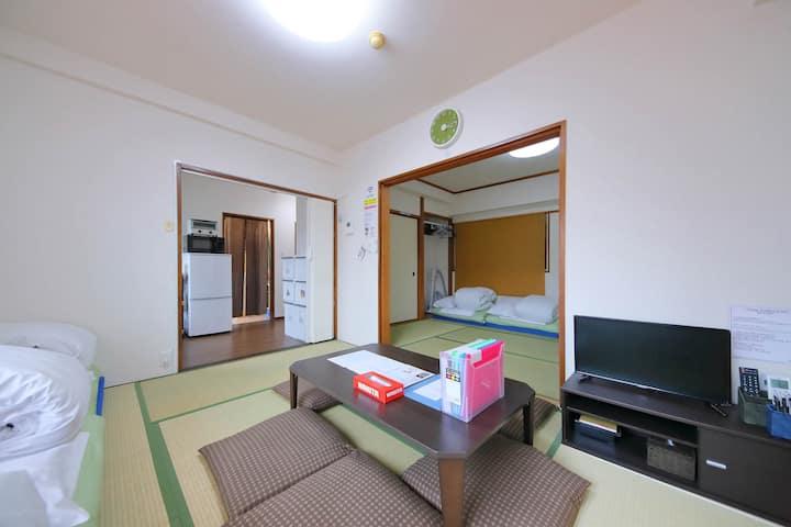 KB302。梅田附近。交通方便的地方。干净的房间。能住宿6人。榻榻米的房间也在。免費的Wi-Fi