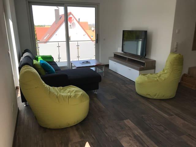 Wohnbereich mit Schlafsofa und 55 Zoll 4K HT flatscreen Fernseher
